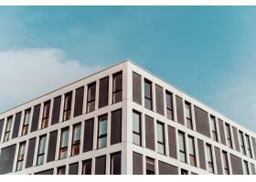 以美丽的蓝天为背景的古老建筑的低角对称拍_775362601