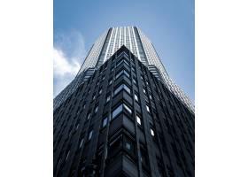 低角拍摄了纽约一座背景为蓝天的高大城市建_1094474901