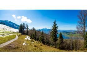 全景拍摄瑞士蓝天下的美丽山脉_1291021801