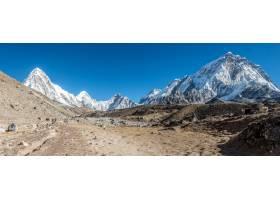全景拍摄被白雪覆盖的群山环绕的美丽山谷_840898801