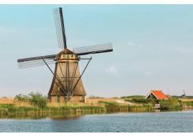 前景为绿草的传统荷兰风车荷兰_892390801