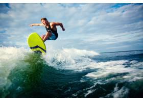 勇敢的冲浪者乘着波浪冲浪_85897701