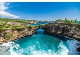印度尼西亚巴厘岛努萨佩尼达破碎海滩的全景_847303201