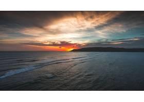 印度尼西亚龙目岛拍摄的日落时宁静海洋的壮_907734701