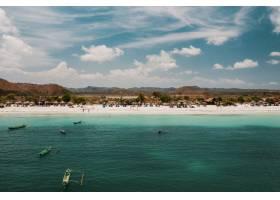 印度尼西亚龙目岛海滩和山脉的美丽景色_965453701