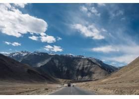 印度拉达克的磁山和蓝天公路_469553601