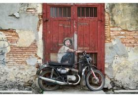 一名男子骑摩托车的涂鸦_101734601