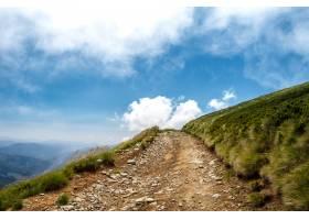 乌克兰喀尔巴西亚山脉的美丽风景和多云的天_808559601