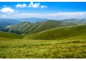 乌克兰喀尔巴西亚山脉的美丽风景和多云的天_808560201