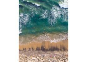 人们在瓦尔卡拉海滩游泳和坐着的俯视照片_1181240401