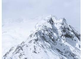 雾蒙蒙的天空下白雪覆盖的山脉的美丽宽阔镜_8507195