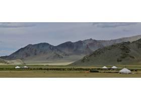 青山峡谷和多云天空的美丽镜头_11890108