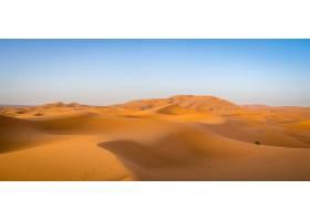 非洲摩洛哥阳光下的撒哈拉沙漠和蓝天_10834970