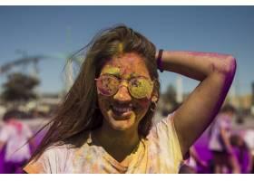 面带微笑的年轻女子戴着涂有荷里色太阳镜的_4472956