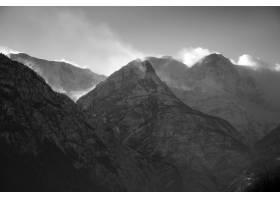 风景如画的多云天空下白雪皑皑的群山令人叹_12859341