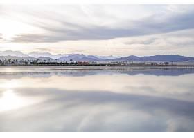 风景如画的天空映照在海面上城市海岸线_11915033