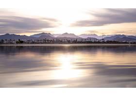 风景的天空在落日的灯光下倒映在海面上城_12651808