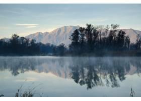 风景秀丽的湖泊在蓝天下倒映着山树_10729574