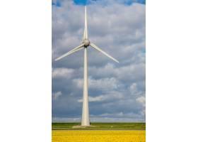 风车在草地上垂直拍摄的照片背景是多云的_10944253