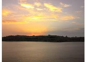 马耳他树木环绕的海滩上令人叹为观止的日落_10729238