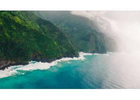 高角度拍摄夏威夷考艾岛平静蓝色海洋上空美_9076704