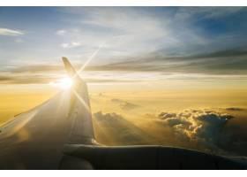 黄昏和日落时蓝天上飞机的机翼_4690278