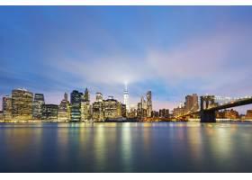 黄昏时分的纽约市曼哈顿中城东河上的摩天_10480129