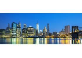黄昏时分纽约市曼哈顿中城的全景东河上_10480228
