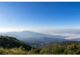 美丽的全景山和蓝天背景下的薄雾在泰国北_7810029
