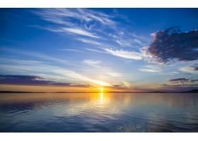 美丽的海景背景是太阳在蓝天中闪耀_9283499