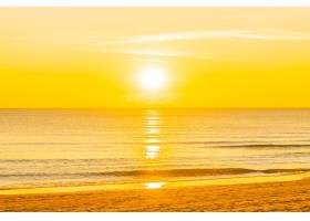 美丽的热带自然海滩日落或日出时的海洋_7357957