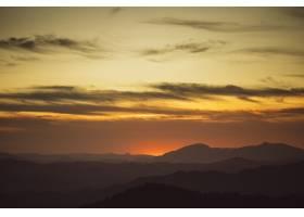 群山掩映的黄色阴影上美丽的天空_5445606