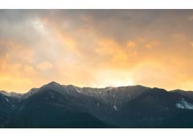 群山景观中的夕阳_884394