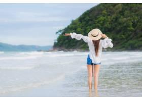 肖像美丽的亚洲年轻女子假期旅行中在海滩海_10473337