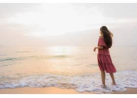 肖像美丽的亚洲年轻女子开心地微笑着在海滩_4328903
