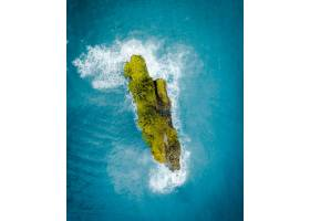 航拍海洋中央一座美丽的绿色小岛_7814180