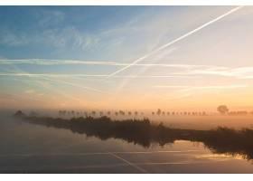 荷兰飞舞着云彩的美丽风景的雾蒙蒙的照片_9077147
