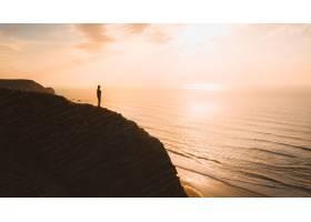 葡萄牙阿尔加维日落时分一个人站在海上_9282751