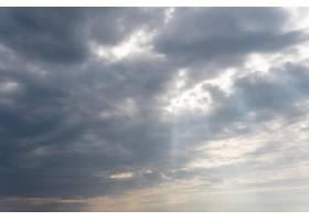 蓝天上蓬松的云彩_12108162