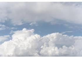 蓝天上蓬松的云彩_12108687