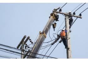 电工选择的焦点是将输电线路固定在电线杆上_3762416