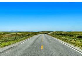 白天蓝天下空荡荡的道路的美丽镜头_11542636