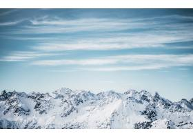 白天蓝色多云天空下的雪山_7841744