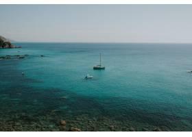 碧绿的水中船只的美丽景色清晰的天际线_13235020
