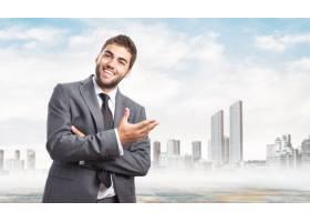 积极的企业家在欢迎的手势中_907174