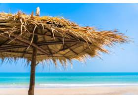 空置的甲板椅休息室打着伞在海滩上大_12726314