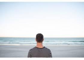 站在海滩上的一名男子_5194904