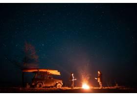 站在熊熊篝火前的幸福夫妻_6894049
