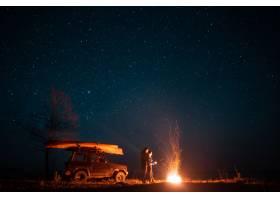 站在熊熊篝火前的幸福夫妻_6894050
