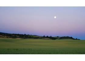 绿色山谷令人叹为观止的夏日黄昏风光_12858444